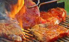 Barbecue vlees wordt gedraaid met een tang. Barbecuevlees besteld bij Catering Service Twente.