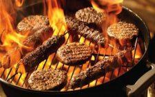 Budget barbecue vlees op een barbecue omringd door vlammen. Besteld bij Catering Service Twente.