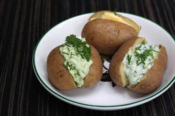 3 gepofte aardappelen gevuld met eigen gemaakte vulling. Gemaakt door Catering Service Twente.