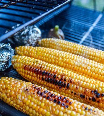 Maiskolf iets aangebrand op barbecue. Besteld bij Catering Service Twente.