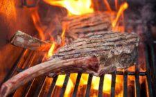 Tomahawk steak op de barbecue. Besteld bij Catering Service Twente.