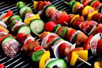 Spiesjes op de barbecue met paprika, komkommer, spek en uit. Besteld bij Catering Service Twente.