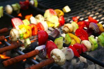 Spiesjes op barbecue met verse groentes. Besteld bij Catering Service Twente.