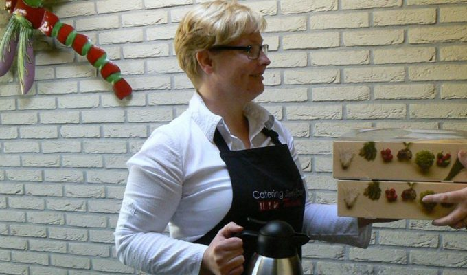 Elvira levert bestelde hapjesschalen af van cateringservicetwente.nl. Goede service van Catering Service Twente.