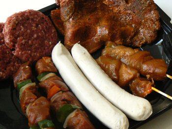 Luxe bbq pakket voorzien van hamburgers, worstjes, satestokjes, shasliks en karbonades. Besteld bij Catering Service Twente.