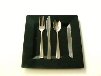 Zwart vierkant bord met bestek. Besteld bij Catering Service Twente.