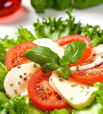 Caprese salade met tomaat. Besteld bij Catering Service Twente.