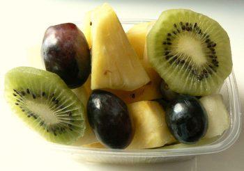 Fruitbakje met kiwi, ananas, druiven en meloen. Besteld bij Catering Service Twente.