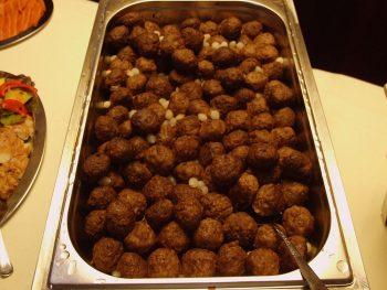 Warmhoudbak met gehaktballetjes. Besteld bij Catering Service Twente.