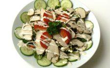 Gemarineerde kip met komkommer op een bord. Besteld bij Catering Service Twente.