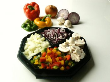 Schaal met gesneden groentes voor de gourmet. Besteld bij Catering Service Twente.