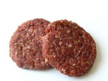 2 rauwe hamburgers voor op de barbecue. Besteld bij Catering Service Twente.