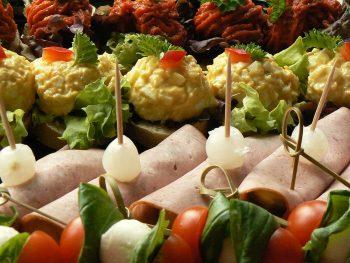 Closeup van schaal met hapjes. Bestel online hapjesbuffet bij Catering Service Twente.