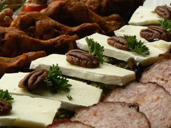 Hapjesbuffet met brie, grillworst en kip. Bestel online bij Catering Service Twente.
