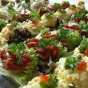 Rijkelijk gevuld en prachtig opgemaakte hapjesbuffet salade. Bestel online bij Catering Service Twente.