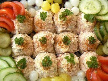 Rundvleesslade met groente. Bestel jouw hapjessalade buffet online bij Catering Service Twente.