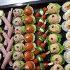 Schaal met 56 heerlijke hapjes, zoals gevuld ei, brie en stokbroodjes. Deze hapjesschaal is besteld bij Catering Service Twente.