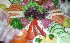 Mooi opgemaakte salade. Besteld bij Catering Service Twente.
