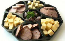 Diverse soorten kaas en worst in een schaal. Besteld bij Catering Service Twente.