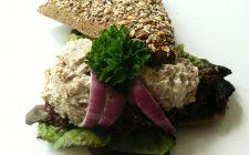Afbakbroodje met rundvleessalade voor lunchpakketje. Besteld bij Catering Service Twente.