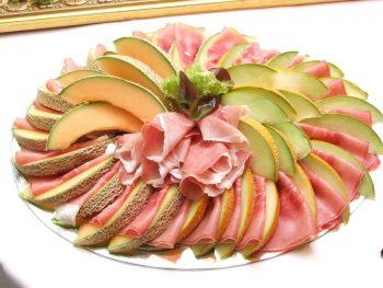 Schaal gesneden meloenen. Besteld bij Catering Service Twente.