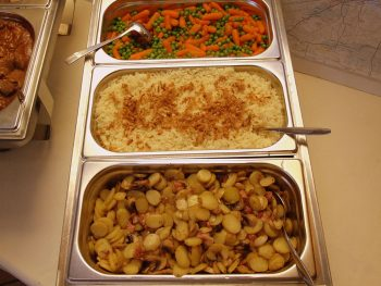 Warmhoudbak met rijst, groente en aardappels. Besteld bij Catering Service Twente.