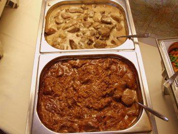 Warmhoudbak met sate en varkenshaas. Besteld bij Catering Service Twente.