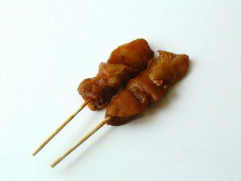 2 rauwe satestokjes voor op de barbecue. Besteld bij Catering Service Twente.