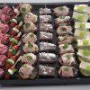 Schaal met heerlijke hapjes, zoals gehaktbal, haring en ei. Deze hapjesschaal is besteld bij Catering Service Twente.