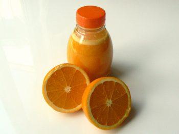 Sinaasappelsap met opengesneden sinaasappels. Bestel lunchpakketten bij Catering Service Twente.
