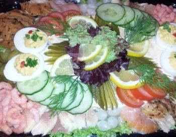 Mooi opgemaakte vis salade. Besteld bij Catering Service Twente.