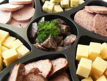 Schaal met diverse soorten worst en kaas. Besteld bij Catering Service Twente.