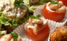 Closeup hapjesbuffet met gevulde tomaatjes. Bestel online bij Catering Service Twente.