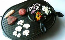 Een gourmet met stukken vlees en groente. Besteld bij Catering Service Twente.