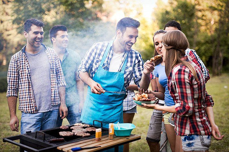 Vrienden genieten van een BBQ. Besteld bij Catering Service Twente