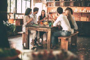 Vrienden genieten van het diner. Besteld bij Catering Service Twente