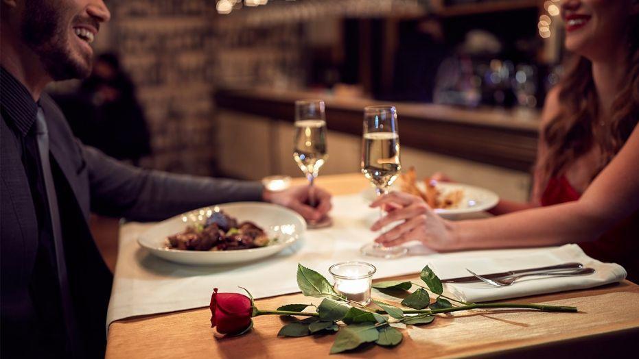 Verliefd stel geniet van eten in huis. Restaurant aan huis - Catering Service Twente