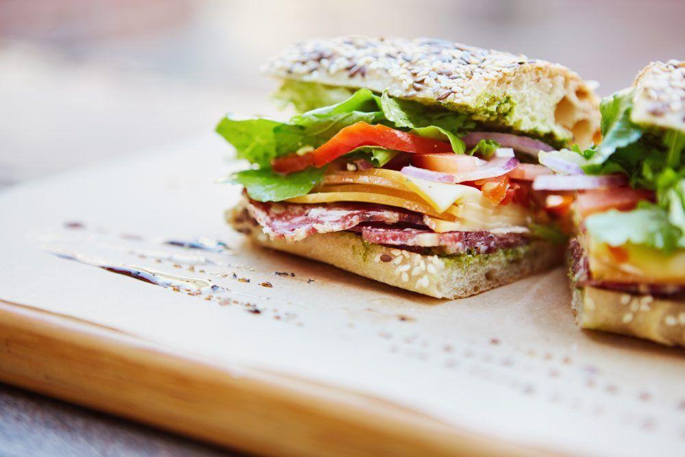Broodje voor de lunch belegd met kaas, worst, tomaat en rauwkorst. Bestel online op cateringservicetwente.nl
